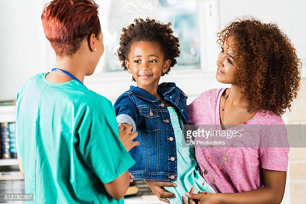 Krankenschwester oder Arzt, die auf junge Patienten im Gesundheitswesen Termin