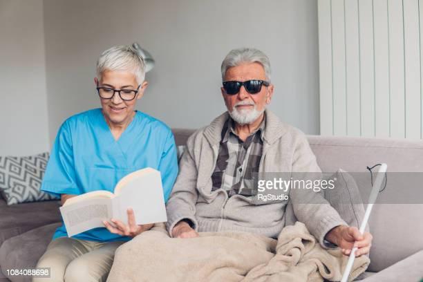 視覚障害者を読んで看護師 - 白杖 ストックフォトと画像