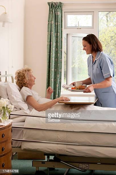 El personal de enfermería que sirve almuerzo