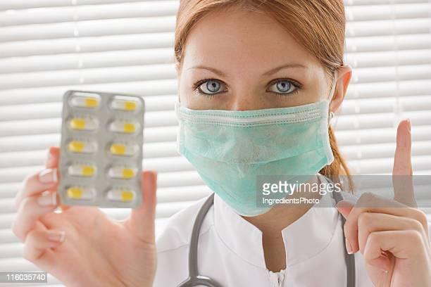 Enfermeiro mostrar amarelo comprimido embalagem