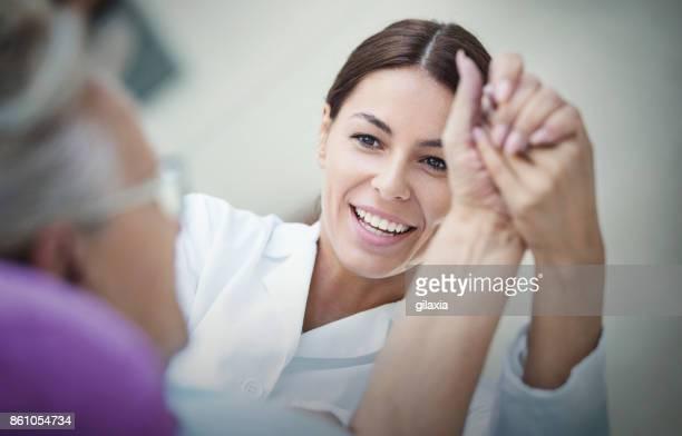 Enfermera hablando con un paciente.