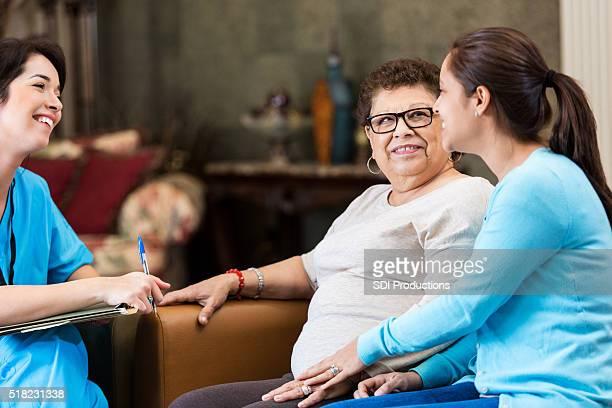 Enfermeira fala com mulher idosa e sua NETA