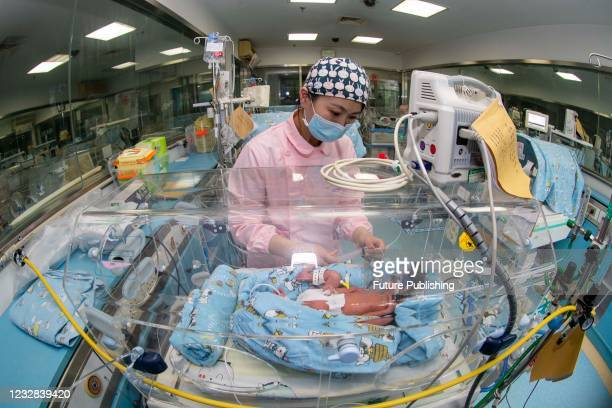 Nurse Tang Yiqi feeds her newborn baby at the neonatal intensive care unit in Taizhou People's Hospital, east China's Jiangsu Province, May 12, 2021.