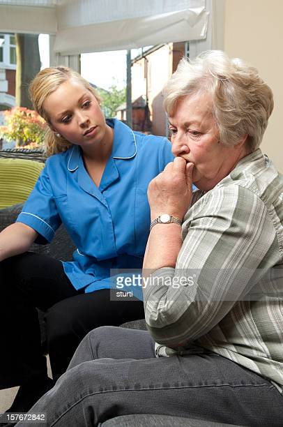 Enfermera visita a una mujer de edad avanzada