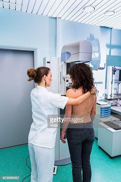 Krankenschwester mit junge Frauen, die mammography