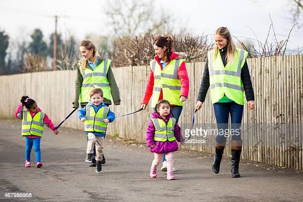 Kindergarten Group Walking mit Kindern mit Sicherheit Riemen