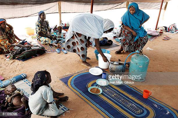 Nurses give a nutrition course to mothers of malnourished children at the Medecinssansfrontieres December 4 2003 in Maradi Niger Chronic malnutrition...