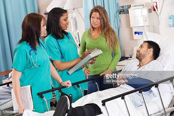 Krankenschwestern Gespräch mit Patienten im Krankenhaus und Ehepartner Erholung Zimmer