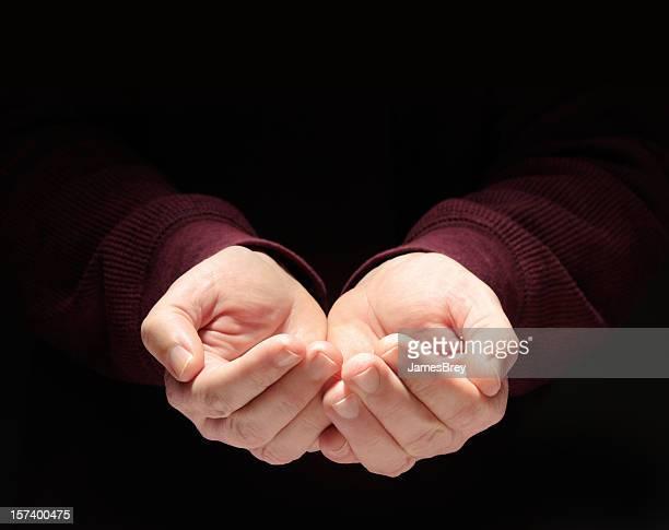 nourrissant mettre ses mains en coupe, vide, jointes de conserver quelque chose, fond noir - main tendue photos et images de collection