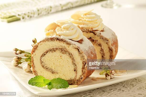 bolinhos de nozes e bolo de rolo de creme - comida doce imagens e fotografias de stock