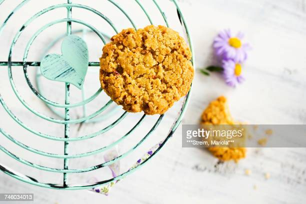 nut biscuits on a cake stand with flowers - mariola fuentes fotografías e imágenes de stock