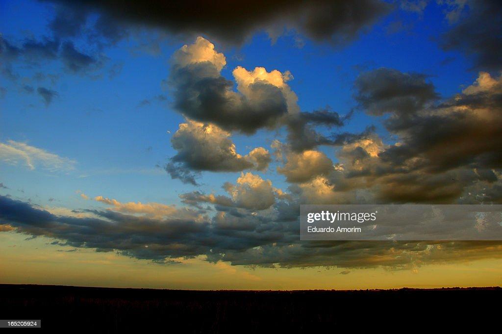 Nuvens lobunas... : Foto de stock