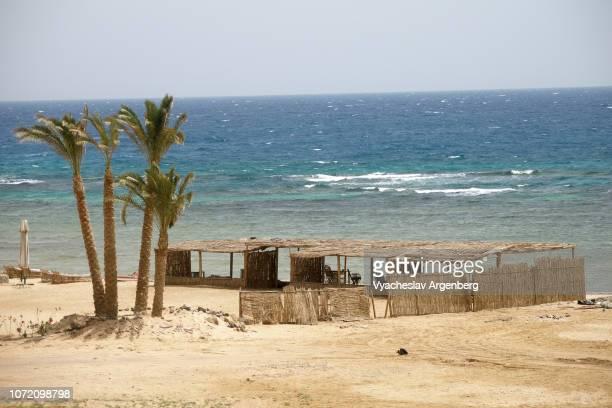 nuweiba beach, turquoise colors of red sea, sinai egypt - argenberg fotografías e imágenes de stock