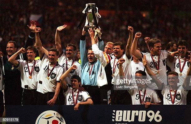 N.V. London; Deutschland - Europameister 1996; KOEPKE und EILTS mit EM - Pokal