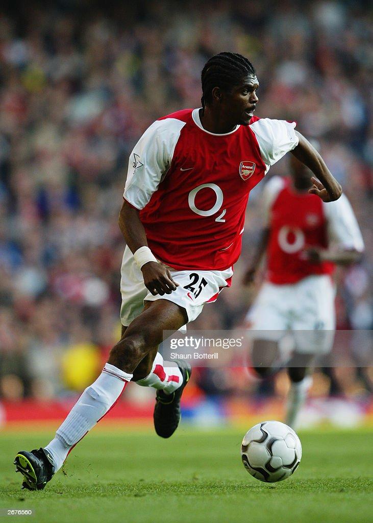 Nwankwo Kanu of Arsenal running with the ball : News Photo