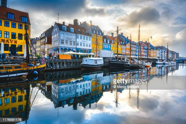 nyhavn canal and waterfront houses, copenhagen, denmark - nyhavn stock pictures, royalty-free photos & images