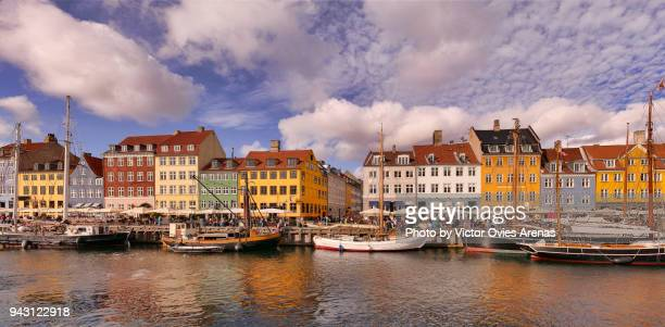 nyhavn (the new harbour) canal district. brightly coloured 17th century townhouses, bars, cafes, restaurants and historical wooden ships in copenhagen, denmark. - ship front view stock-fotos und bilder