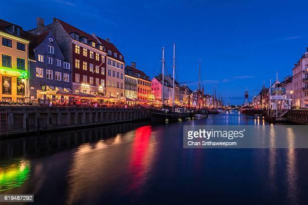 nyhavn, copenhagen, denmark - selandia fotografías e imágenes de stock