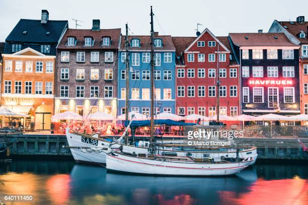 nyhavn, copenhagen, hovedstaden, denmark, northern europe. - nyhavn stock pictures, royalty-free photos & images