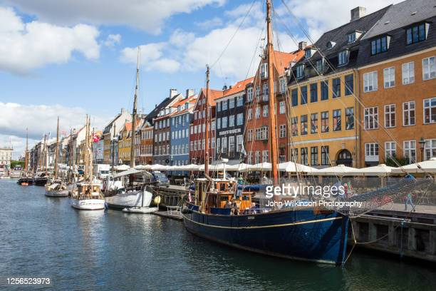 nyhavn harbor in copenhagen - nyhavn stock pictures, royalty-free photos & images