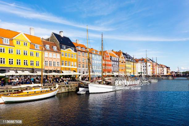 nyhavn historical port on a sunny day, copenhagen, denmark - copenhague photos et images de collection