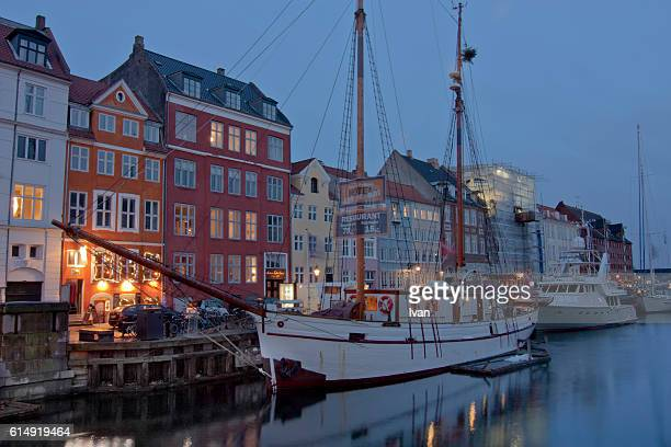 nyhavn waterfront (new harbour, port) in copenhagen at night - danish culture stock pictures, royalty-free photos & images