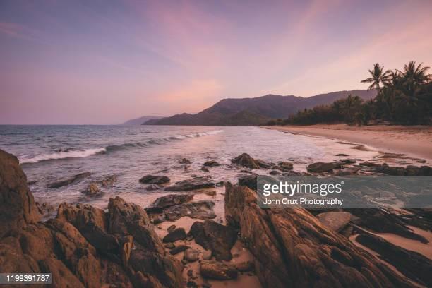 oak beach sunset queensland - küstenlandschaft stock-fotos und bilder