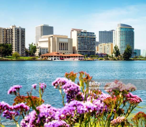 Oakland Lake Merritt Skyline mit Blumen