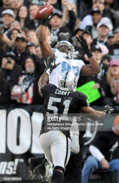 Oakland Raiders Aaron Curry bottom watches as Detroit Lions Brandon Pettigrew tries to make a onehanded catch in the fourth quarter of their football...