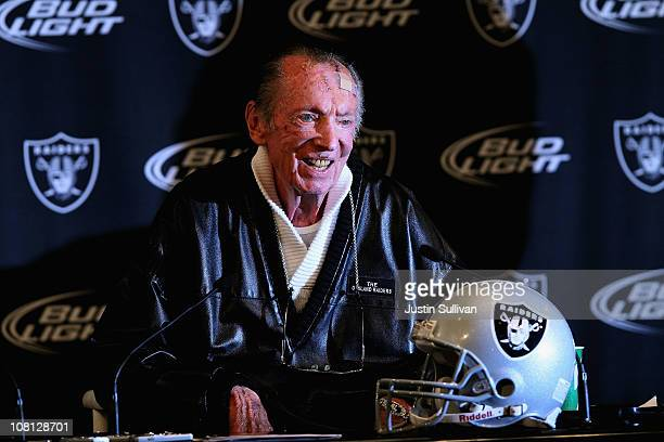 Oakland Raiders owner Al Davis speaks during a press conference on January 18 2011 in Alameda California Hue Jackson was introduced as the new coach...
