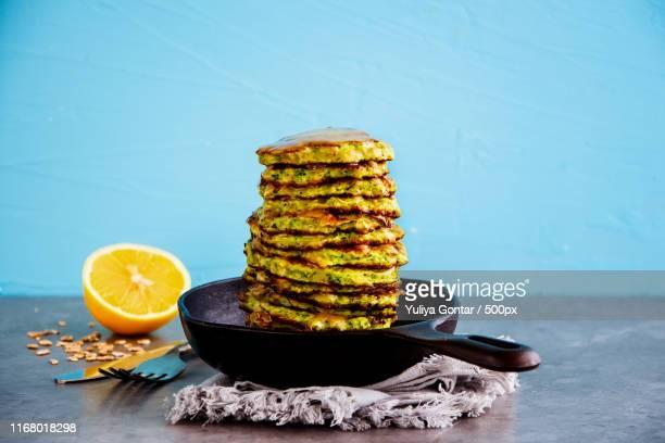 oat and zucchini pancakes - empanado - fotografias e filmes do acervo