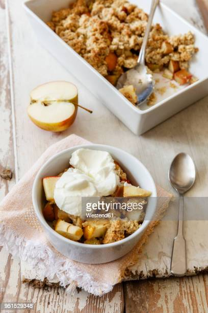 oat flakes crumble cake with rhubarb and apple - fruit cake stock pictures, royalty-free photos & images