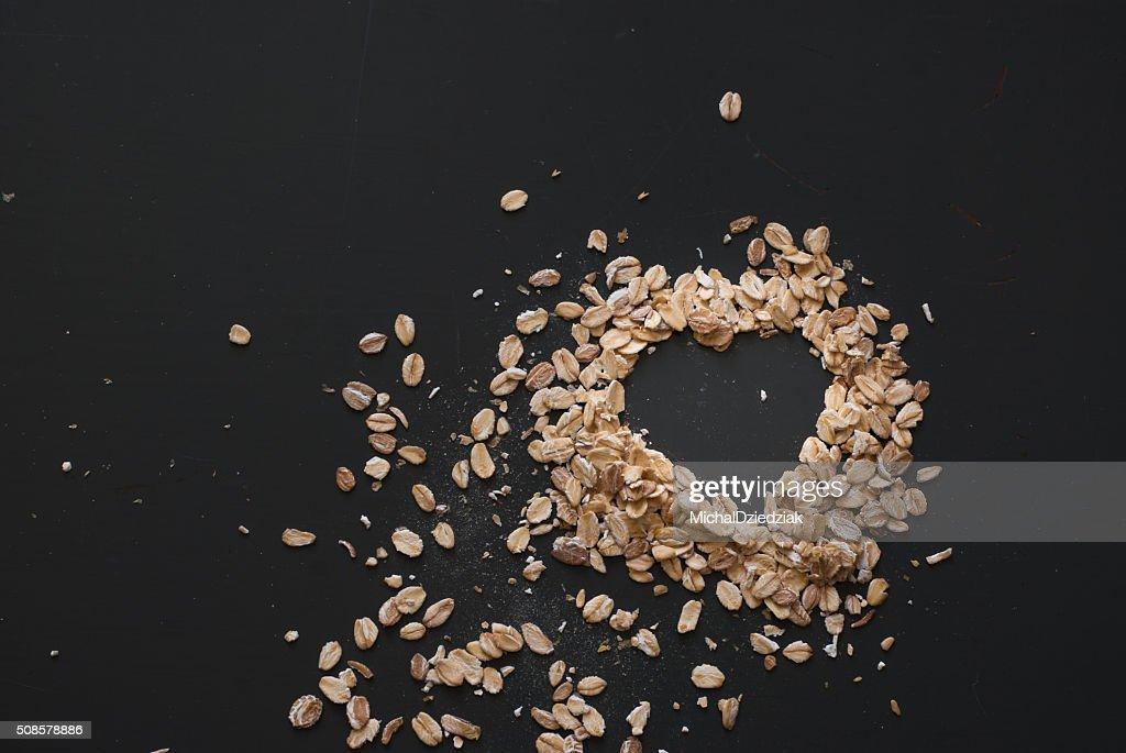 オーツ麦の粉の上にダーク木製テーブル : ストックフォト