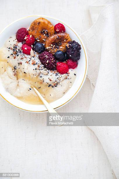 Oat porridge with figs, honey and berries