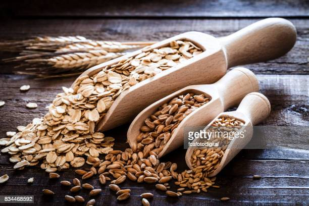 Hafer, Dinkel und Flachs Samen auf rustikalen Holztisch