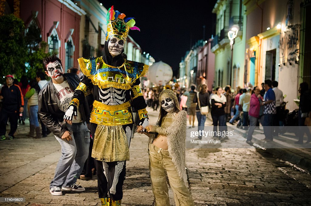 Costumed parent and child, Dia De Los Muertos. : News Photo