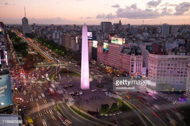 obelisco de buenos aires en la ciudad al atardecer - obelisco de buenos aires fotografías e imágenes de stock