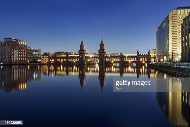 oberbaumbrücke and spree river at blue hour (kreuzberg/ berlin/ germany) - オベルバウムブリュッケ ストックフォトと画像