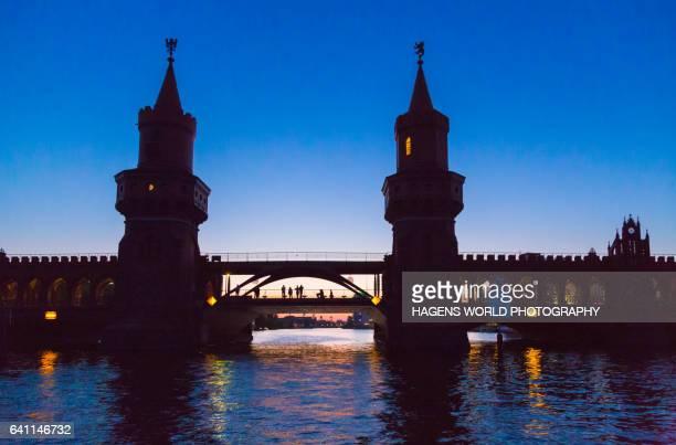 oberbaumbrücke in der dämmerung mit personen - dämmerung stock pictures, royalty-free photos & images