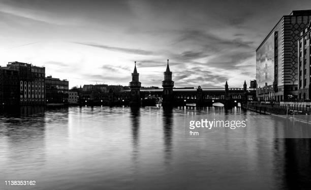 oberbaumbrücke/ spree river at night (berlin kreuzberg/ germany) - オベルバウムブリュッケ ストックフォトと画像