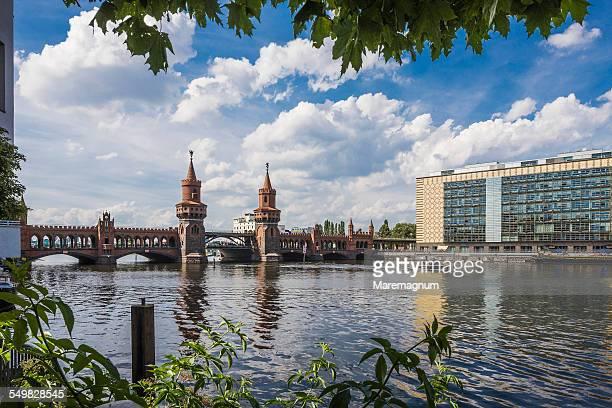 oberbaumbrucke (oberbaum bridge) and spree river - スプリー川 ストックフォトと画像
