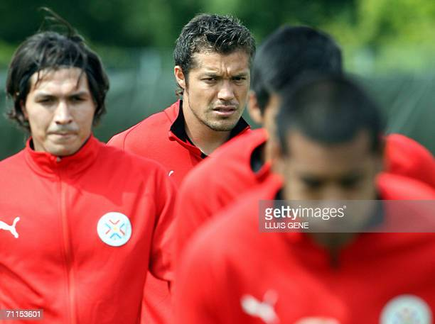 Paraguayan forward Dante Lopez who was incorporated today in substitution of injured Jose Cardoso stretches during a training session 08 June 2006 in...