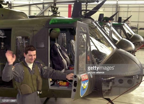 Oberleutnant Heiko Zimmermann Pilot eines BundeswehrHubschraubers vom Typ Bell UH 1D trifft am 332000 auf dem Flugplatz in Hohn bei Rendsburg die...