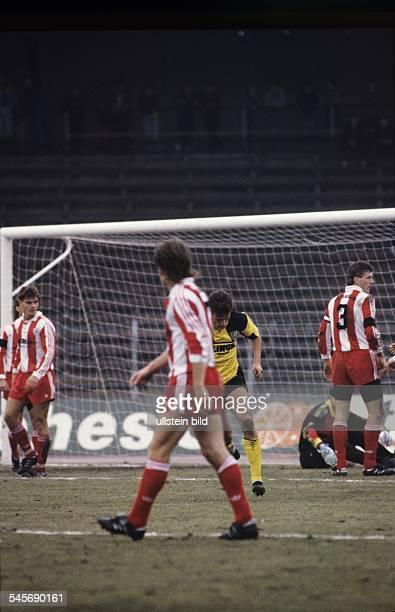 Dynamo Dresden FC Berlin 41 Uwe Rösler nach einem Tor im Berliner Strafraum 1990 / 1991