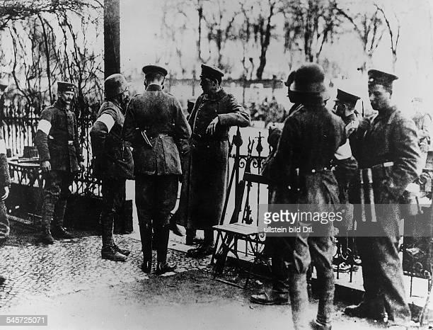 Oberst Wilhelm Reinhard der Kommandeurdes in Lichtenberg kämpfendenFreikorpsregiments nimmt inFriedrichshain Meldung entgegen März 1919