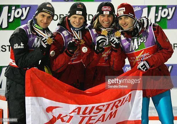WM 2005 Oberstdorf 200205 Skispringen/Normalschanze/Team Goldmedaille fuer Martin HOELLWARTH Thomas MORGENSTERN Andreas WIDHOELZL und Wolfgang...