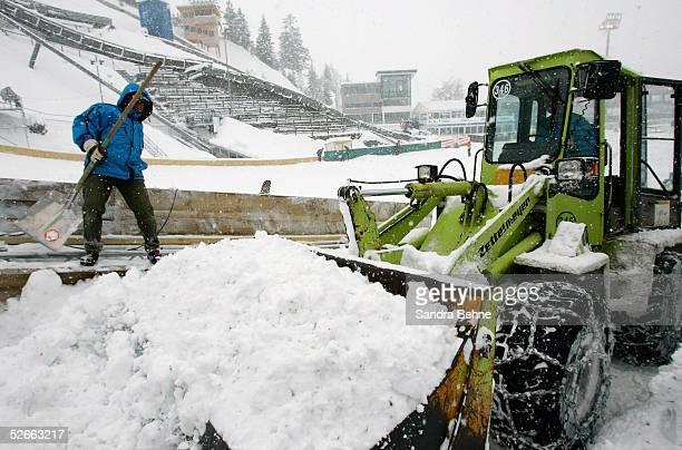 WM 2005 Oberstorf 160205 Wetterfeature Die Schneemassen werden vor der Eroeffnungsfeier in der Skisprungarena entfernt
