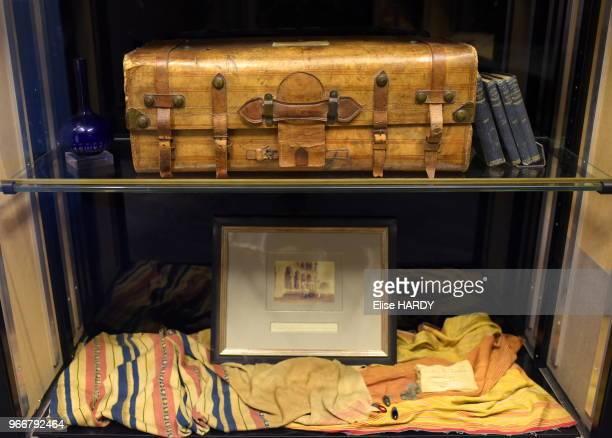 Objets divers et valise ayant appartenus au poète Arthur Rimbaud dans le Musée Rimbaud 22 septembre 2015 CharlevilleMézières Ardennes France