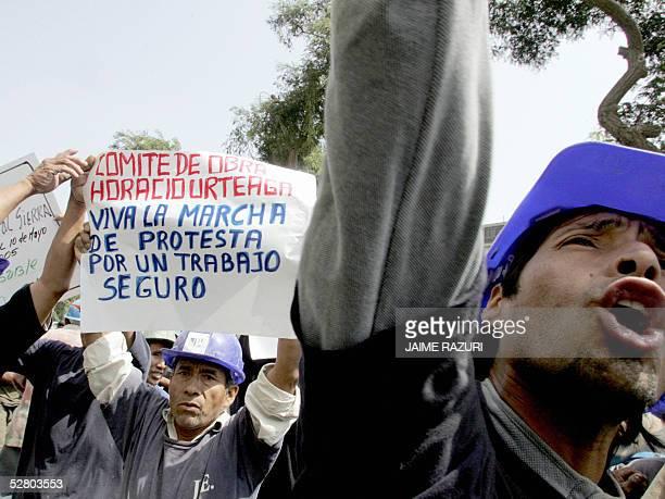 Obreros del sector de la construccion protestan ante las puertas del Ministerio de Trababjo en Lima el 12 de mayo de 2005 por medidas mas seguras en...