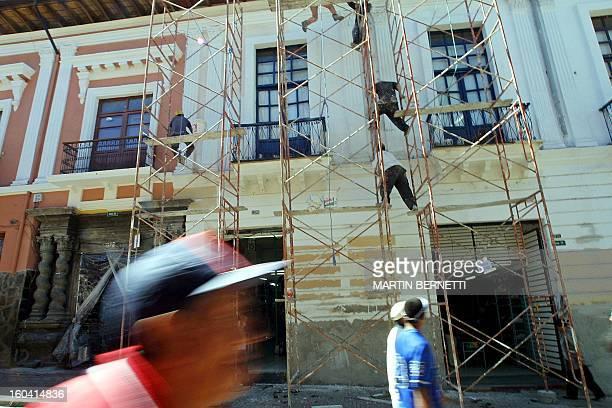 Obreros restauran parte de la fachada de varias casas de estilo colonial de la calle Cuenca del centro colonial de la ciudad de Quito, el 14 de julio...